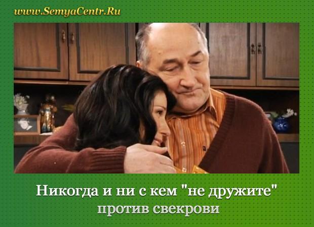 В комнате пожилой мужчина обнимает девушку