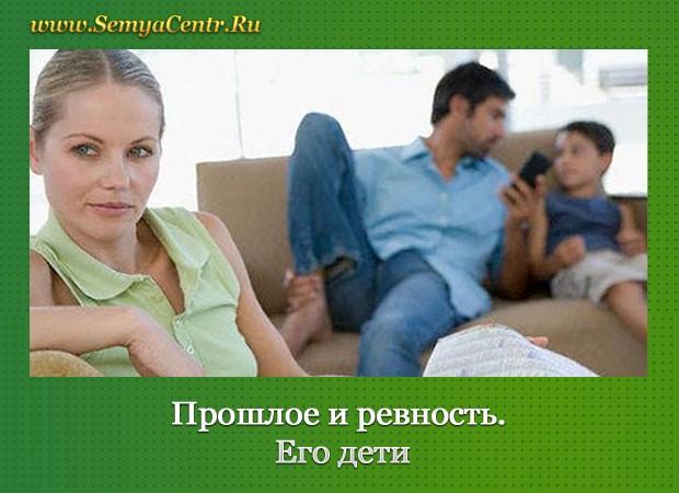 Женщина с газетой и мужчина с мальчиком на диване