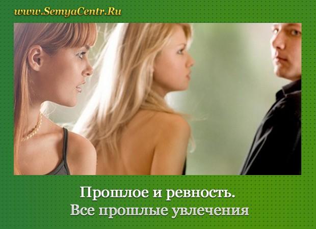 Две девушки-блондинки смотрят на мужчину